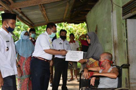 Bupati Kampar Serahkan BLT-DD Untuk Masyarakat Desa Sungai Tarap