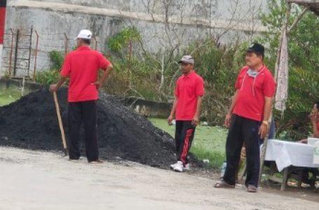 Giat Jumat Bersih, Lurah dan Kepling Perbaiki Jalan Kampung Baru 4