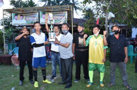 Wabup Sergai Serahkan Trophy Turnamen Sepak Bola Dambaan
