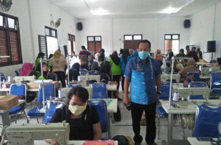Bupati Batubara Serahkan 40 Unit Mesin Jahit Untuk Pelaku Industri
