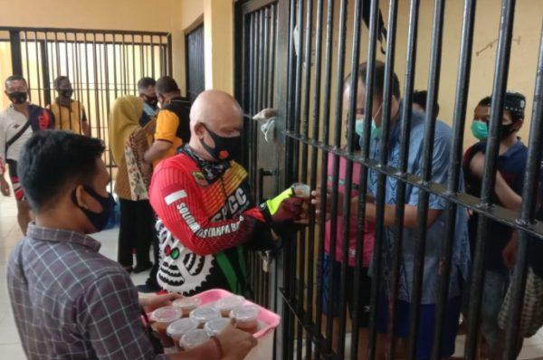 Usai Gowes Bersama, PJU Polres Batubara Bagikan Sarapan Pagi Kepada Para Tahanan