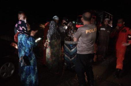Polsek Kotarih dan Tim Gabungan Selamatkan Keluarga Terjebak Air Bah
