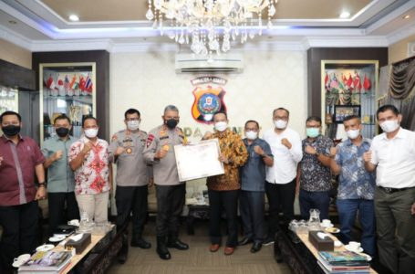 Pilkada Sumut Berjalan Lancar dan Aman, Kapolda Sumut Terima Piagam Penghargaan Dari KPU