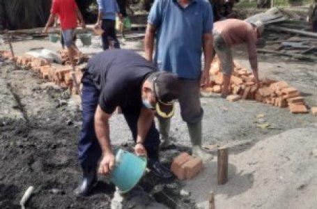 Kades Air Hitam Bedah Rumah Warga Tak Layak Huni