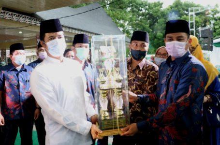 Walikota Siantar Serahkan Piala Juara Umum MTQ