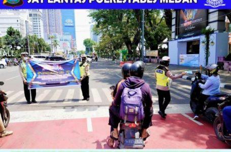 Operasi Keselamatan Toba 2021, Kasat Lantas Polrestabes Medan Bagikan Helm