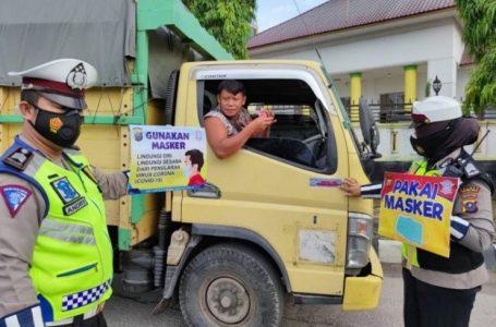 """Satlantas Polres Tanjungbalai Tempelkan Stiker """"Ayo Pakai Masker"""" di Kendaraan Melintas"""