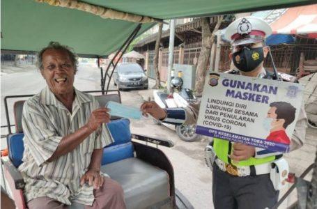Sat Lantas Polres Tanjungbalai Bagikan 50 Masker pada Pengguna Jalan