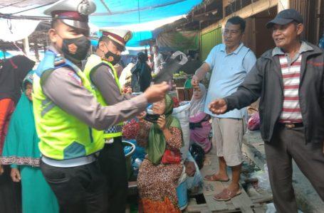 Kasat Lantas Polres Kampar Beri Himbauan Protkes dan Bagi Masker di Pasar Air Tiris