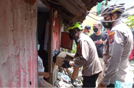 Sambil Bersepeda, Kapolsek Medan Timur Bagikan Sembako