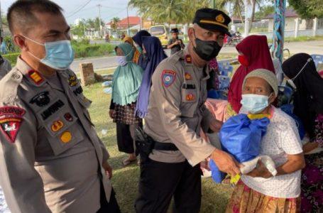 Kapolsek Percut Sei Tuan Bagi Bansos ke Lansia
