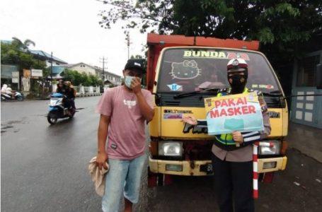 "Kenderaan Melintas di Jalan Gereja dan Veteran Ditempel Stiker ""Ayo Pakai Masker"""