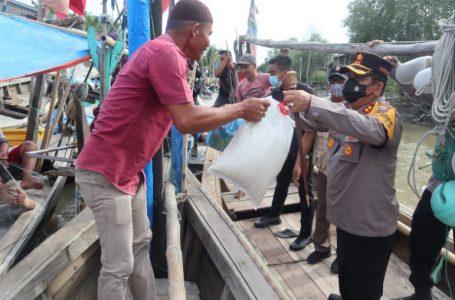 Telusuri Sungai, Kapolres Batubara Salurkan Bantuan Sembako Kepada Para Nelayan