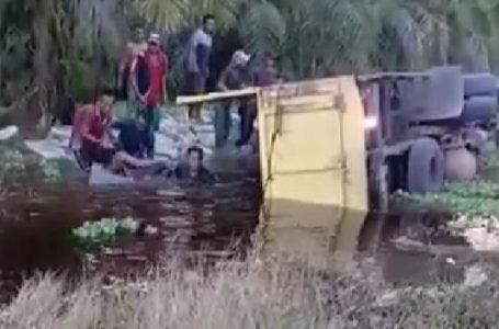 Mobar Colt Diesel Terbalik di Jalan Kuburan Cina, Tiga Orang Tewas