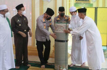 Kunker ke Inhil, Kapolda Riau Serahkan 1500 Dosis Vaksin, Bansos dan Bantuan Untuk Rumah Ibadah